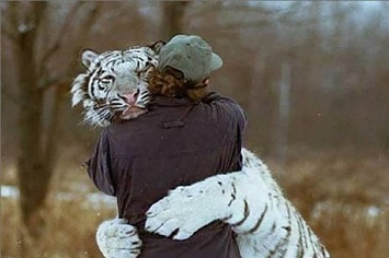11 Pictures Of Deadly Animals Snuggling With People